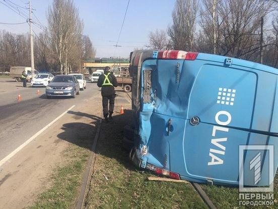 В Кривом Роге после столкновения с BMW перевернулся микроавтобус. Один водитель пострадал, второй сбежал, - ФОТО, фото-4