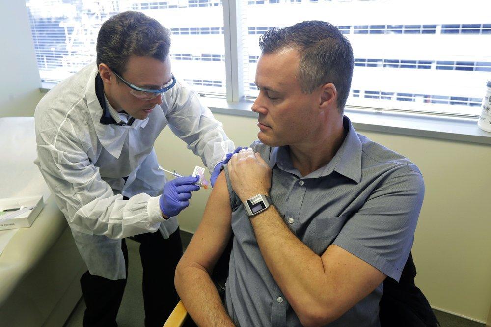 В США первым добровольцам сделали прививки от коронавируса, - ФОТО , фото-2