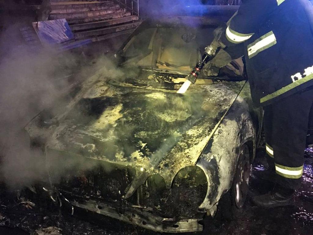 В Кривом Роге ночью загорелись два припаркованные рядом автомобиля, фото-1