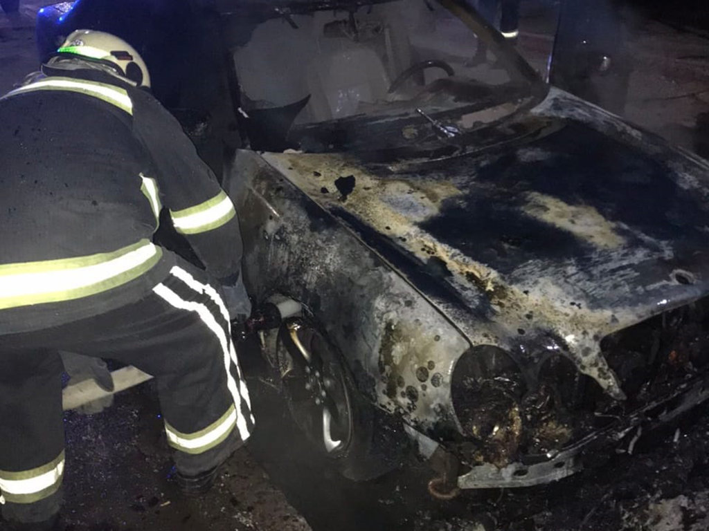В Кривом Роге ночью загорелись два припаркованные рядом автомобиля, фото-2