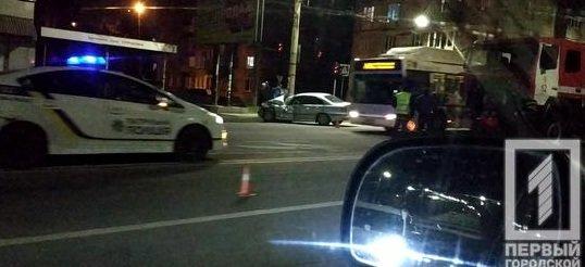 В Кривом Роге иномарку, столкнувшуюся со спецавтомобилем пожарных, отбросило на электроопору, - ФОТО, фото-3