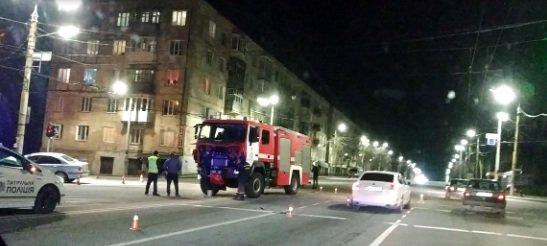 В Кривом Роге иномарку, столкнувшуюся со спецавтомобилем пожарных, отбросило на электроопору, - ФОТО, фото-1