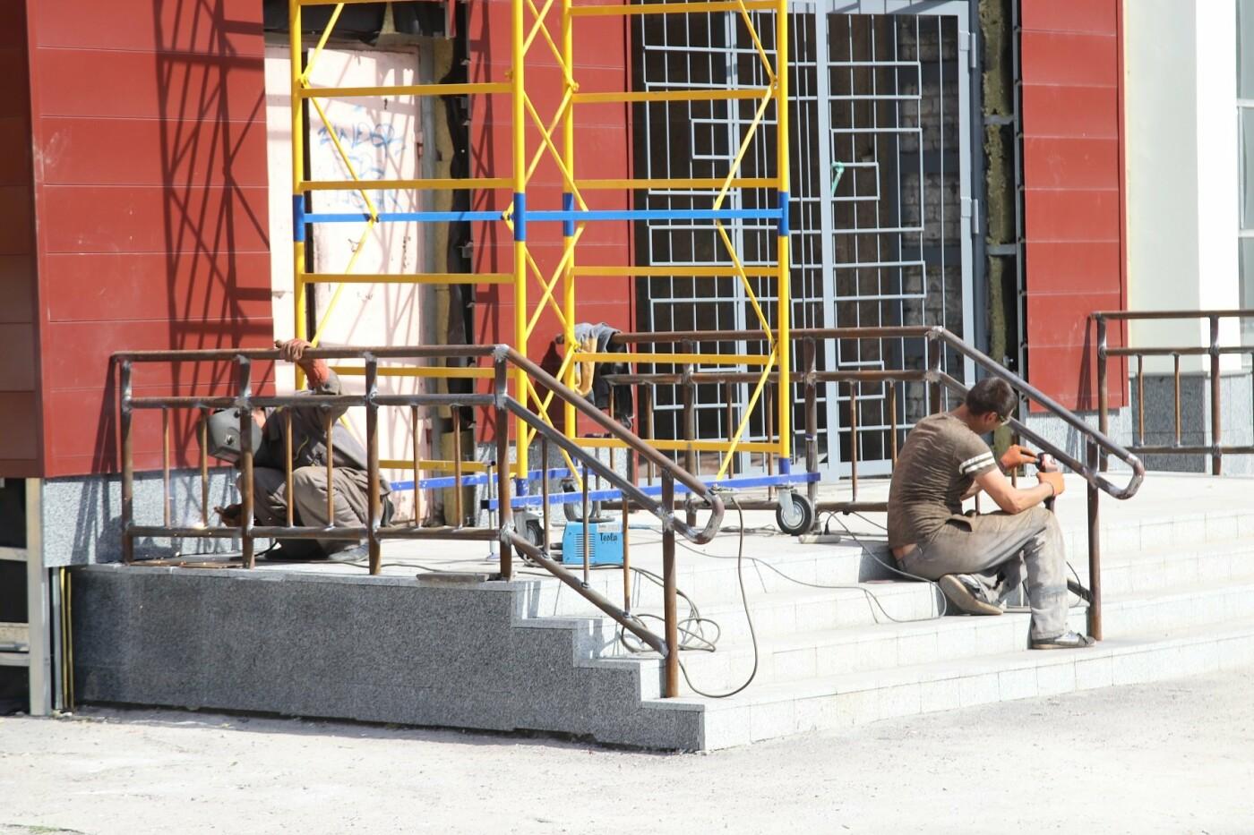 """Робоча нарада з мером: будівельники доповіли про хід реконструкції  """"Металурга"""" - """"Після завершення робіт зовні і гідроізоляції готові пере..., фото-1"""