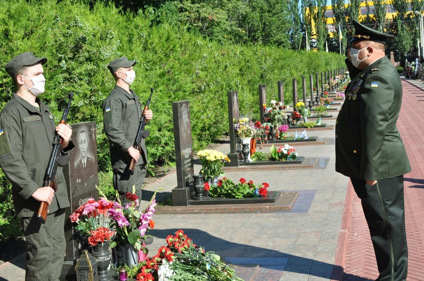 В Кривом Роге нацгвардейцы почтили память погибших побратимов, - ФОТО, фото-17