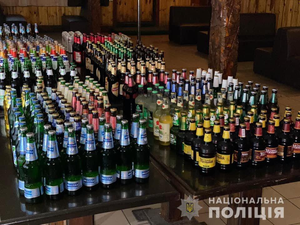 В криворожском кафе обнаружили торговлю алкоголем без лицензии. Изъяли сотни бутылок, - ФОТО, фото-1