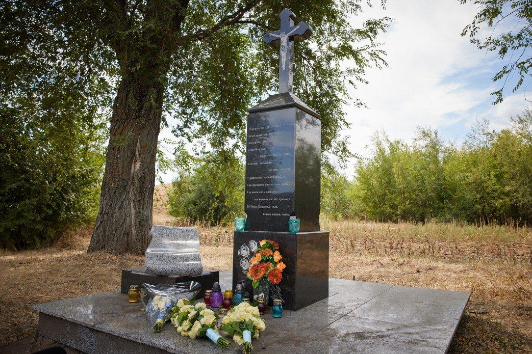 На Криворожье Владимир Зеленский возложил цветы на месте гибели Андрея Кузьменко, - ФОТО , фото-1