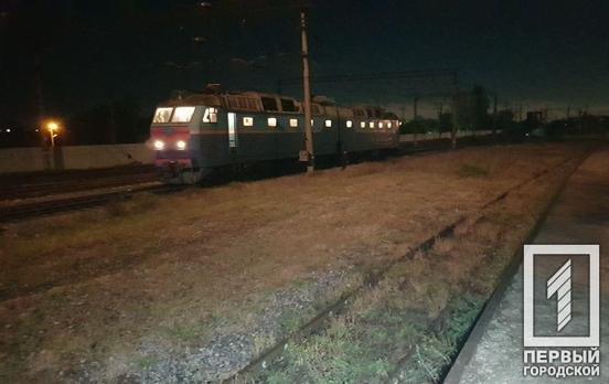 В Кривом Роге электровоз сбил мужчину, переносившего металлолом, - ФОТО , фото-1