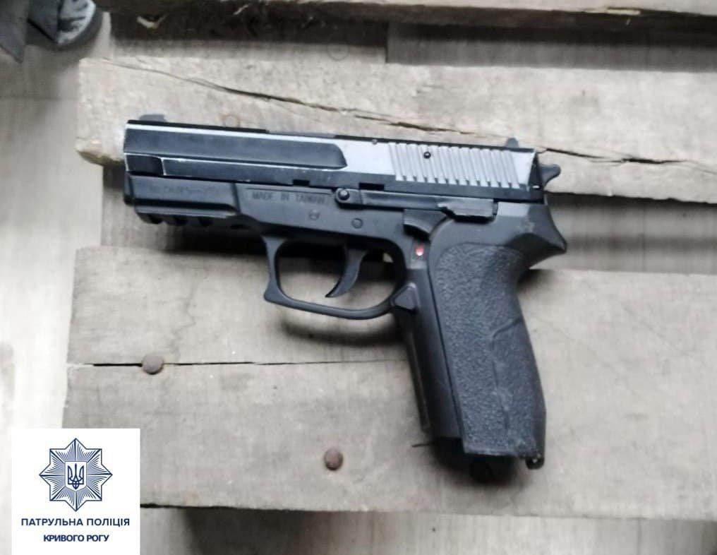 На оптовом рынке криворожанка запугивала другую даму... пистолетом, - ФОТО, фото-1
