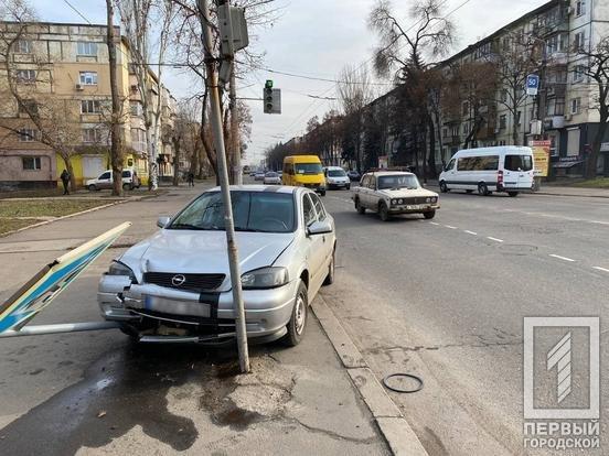 """В Кривом Роге водитель на """"Opel""""  снес дорожный знак и скрылся с места ДТП, - ФОТО , фото-4"""