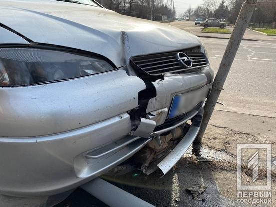 """В Кривом Роге водитель на """"Opel""""  снес дорожный знак и скрылся с места ДТП, - ФОТО , фото-2"""