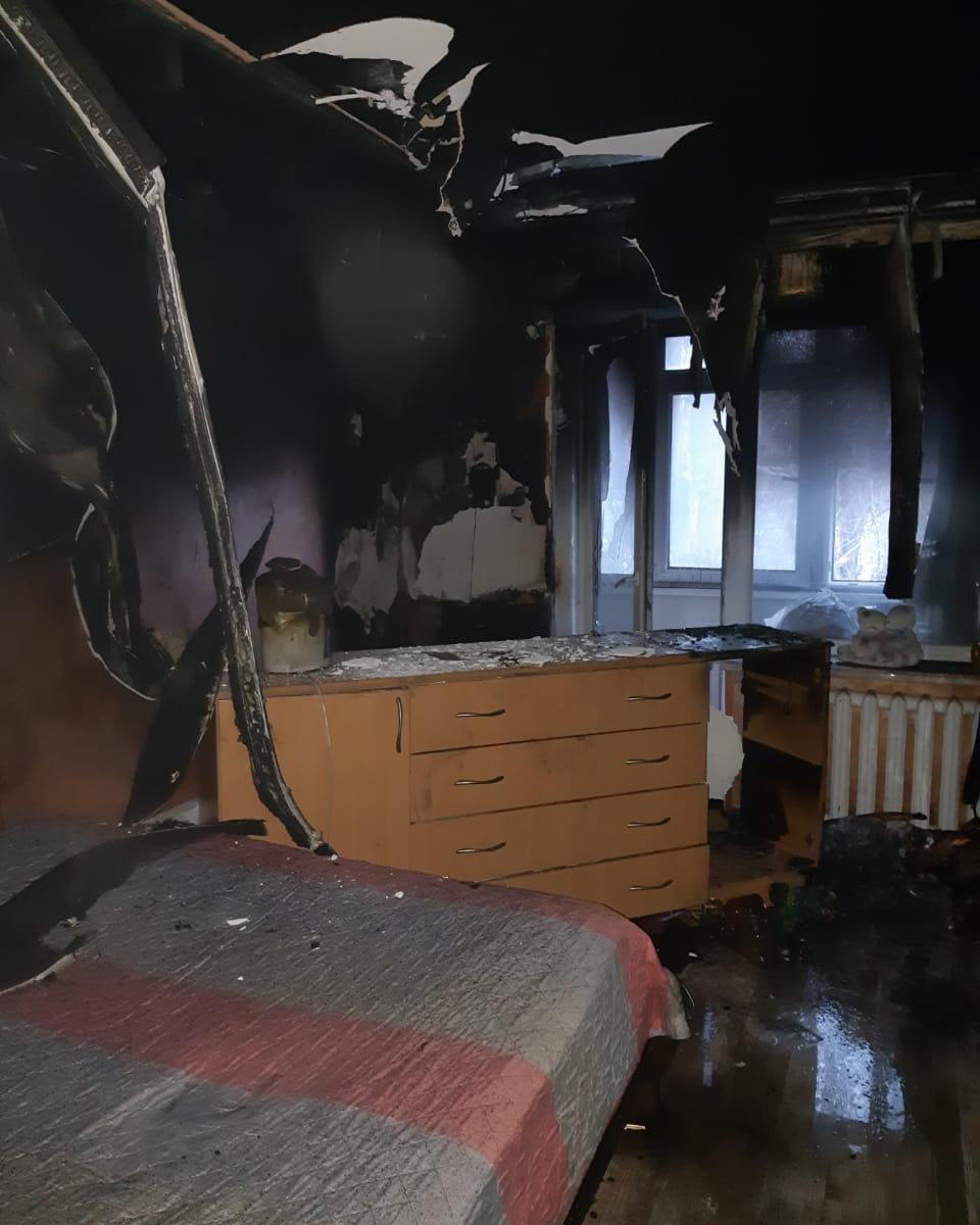 В квартире криворожской многоэтажки огонь уничтожил телевизор и повредил стены, фото-1