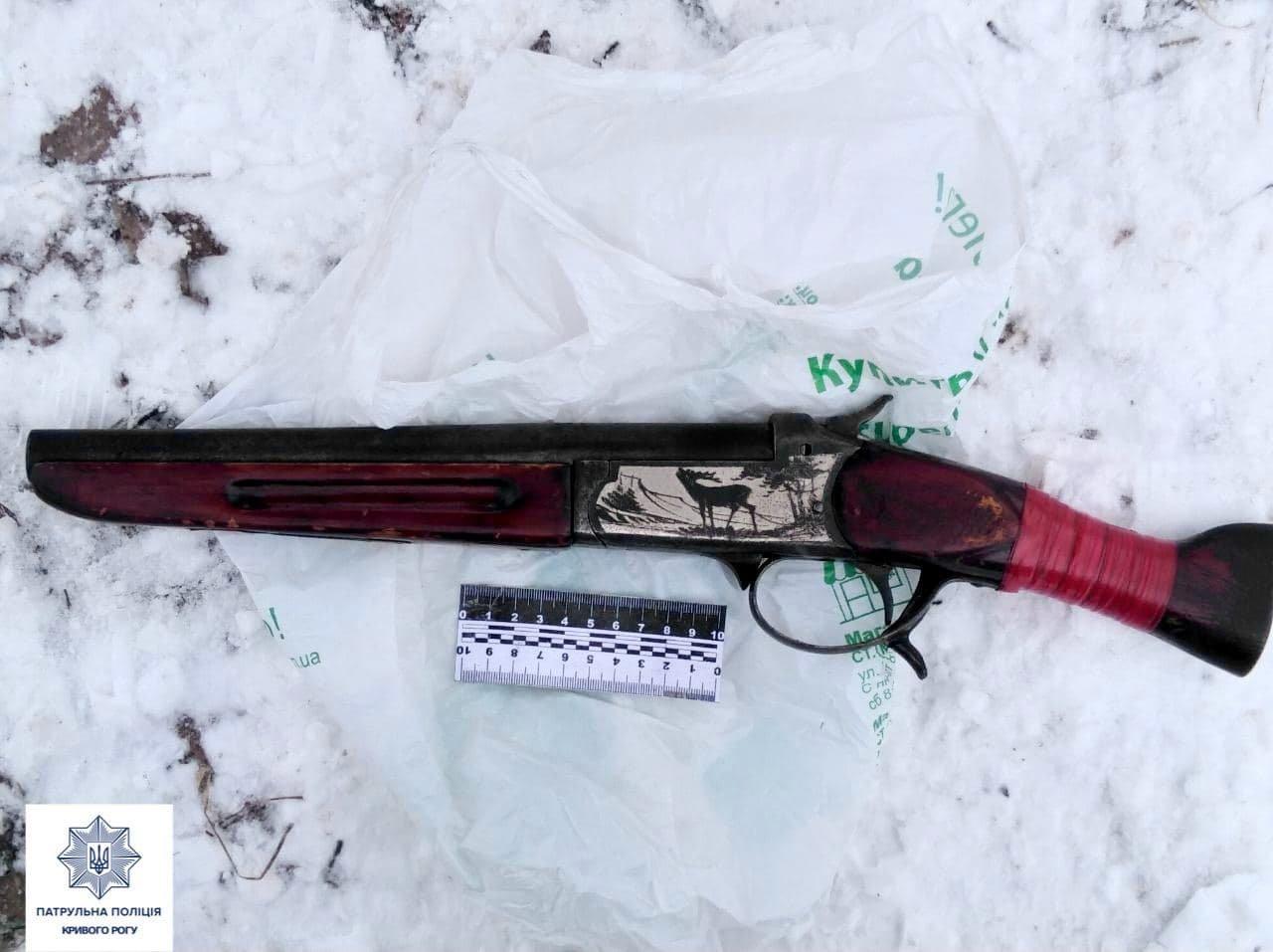 Криворожанин средь бела дня стрелял из ружья по бетонному забору, - ФОТО, фото-3