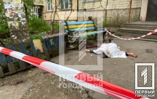 Криворожане обнаружили под подъездом окровавленное тело женщины, - ФОТО 18+, фото-1