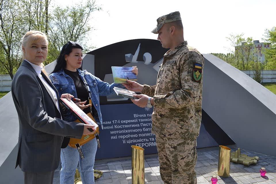 Криворожским танкистам передали книги и приглашение от Музея АТО, - ФОТО, фото-2