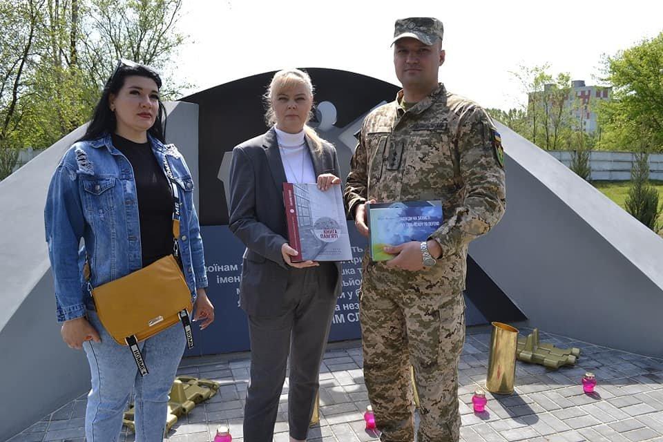 Криворожским танкистам передали книги и приглашение от Музея АТО, - ФОТО, фото-1