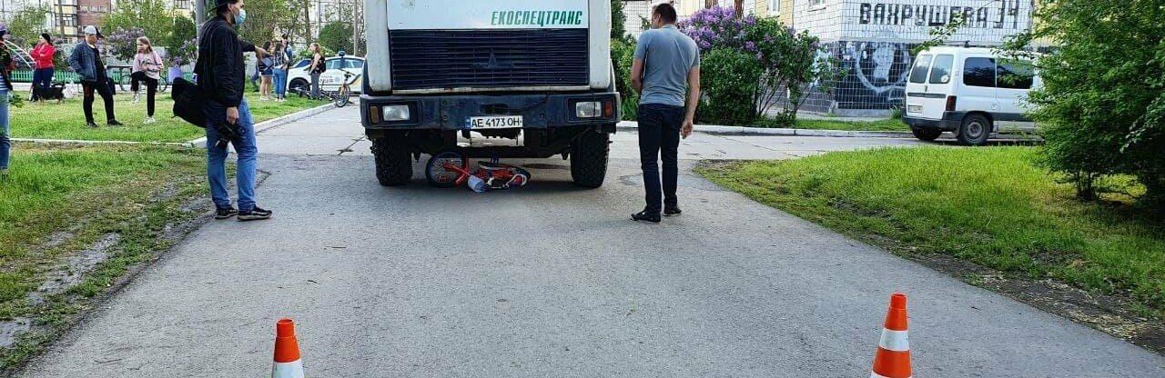Состояние пострадавшей под колёсами мусоровоза девочки тяжёлое, полиция открыла уголовное дело